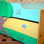 Lit gigogne avec deux couchettes est pratique pour les enfants d'âge préscolaire
