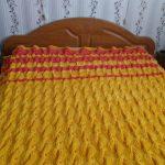 Couverture jaune vif sur le lit