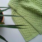 Plaid vert avec un motif inhabituel de tricot