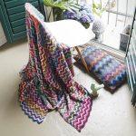 Bel ensemble - une couverture et un oreiller zigzagués à partir de résidus de fil