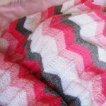 Plaid pour enfants doux avec un motif de zigzags colorés