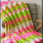 Tapis délicat avec des zigzags sont parfaits pour un lit ou un canapé