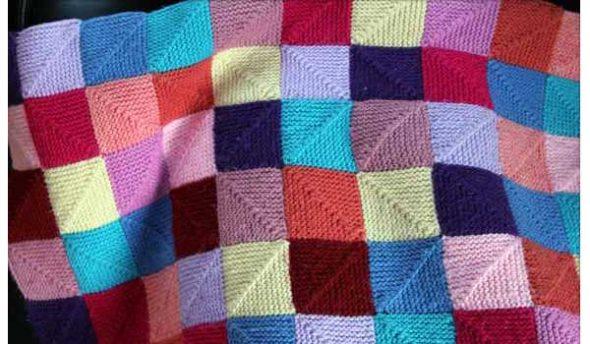 Des couvertures de carrés tricotées du coin