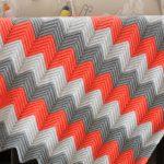 Un plaid chic avec des zigzags clairs décorera votre chambre