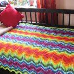 Bright belle couverture sur le lit