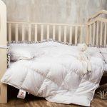 Mangeur de duvet blanc dans le lit d'un enfant d'âge préscolaire