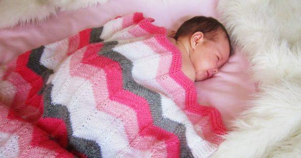 Nuances de blanc, rose, cramoisi et gris pour un plaid pour les nouveau-nés