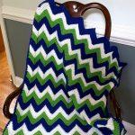 Blanc, bleu et vert sont parfaitement combinés dans un beau tapis.