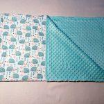 Hérissons bleus sur une couverture de bébé