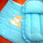 Une petite couverture et un matelas avec un coussin pour le berceau ou la poussette
