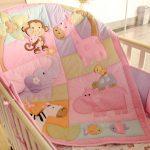 Petite couverture dans le berceau du nouveau-né