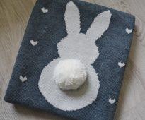 Couverture tricotée originale de fil de laine avec une jolie application en forme de lapin