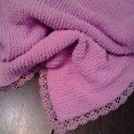 Plaid rose fait main avec bordure en dentelle