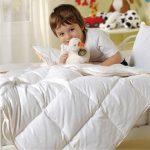 Couette chaude pour un enfant d'âge préscolaire