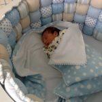 Mince couverture en peluche dans le berceau du nouveau-né