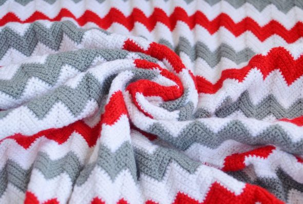 Plaid en couleurs gris-blanc-rouge