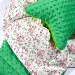 Peluche verte et coton floral pour un tapis douillet