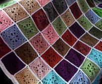 Carrés colorés de résidus de fil pour un plaid brillant sur le canapé