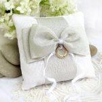 Witgrijs hoofdkussen met strik voor ringen