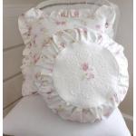 Witte pads met rozen in een cirkel en vierkant