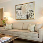 Beige woonkamer met ongebruikelijke decoratieve elementen