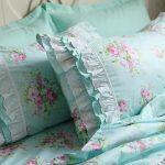 Turquoise stoffen kleur met delicate rozen - een geweldige optie voor de slaapkamer Provence
