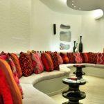 Een grote verscheidenheid aan decoratieve kussens voor een ongewone woonkamer