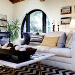 Zwart en wit en blauwe kussens in het interieur