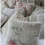 Decoratieve kussens in de stijl van de Provence voor het bed