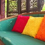 Sierkussens kunnen worden gecombineerd in een kleur die niet wordt herhaald in andere interieurartikelen.