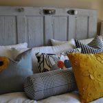 Decoratieve kussens met applicaties in het slaapkamerinterieur
