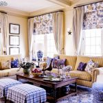 Decoratieve kussens in het interieur van de Franse woonkamer