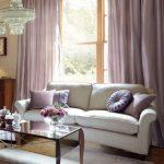 Decoratief textiel in de woonkamer is ontworpen in één kleur.