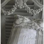 Benoemd kussen grijs in de stijl van de Provence