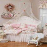 Ruimte voor een meisje met verfijnd textiel in de stijl van de Provence