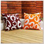 Bruine en oranje kussens met krullen