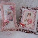 Mooie en elegante kussens met portretten passen in het interieur van de kamer in de stijl van de Provence