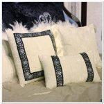 Mooie kussens met decoratieve steentjes en strass steentjes