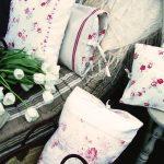 Mooie straatkussens met rozen voor een lounge in Provençaalse stijl
