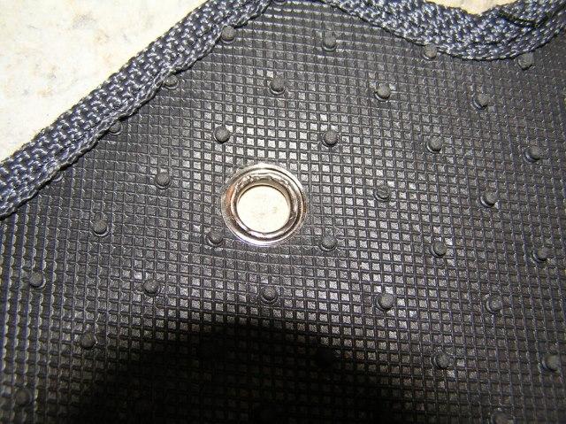 Installation de l'oeillet sur le tapis de voiture faites-le vous-même