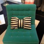 Klein decoratief kussen in de vorm van een strik voor een stoel