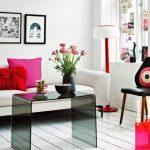 Weinig woonkamer met gezellige decoratieve elementen.