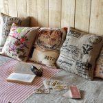 Een set zelfgemaakte decoratieve kussens voor de landelijke woonkamer