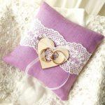 Zacht en mooi huwelijkskussen in purpere kleur