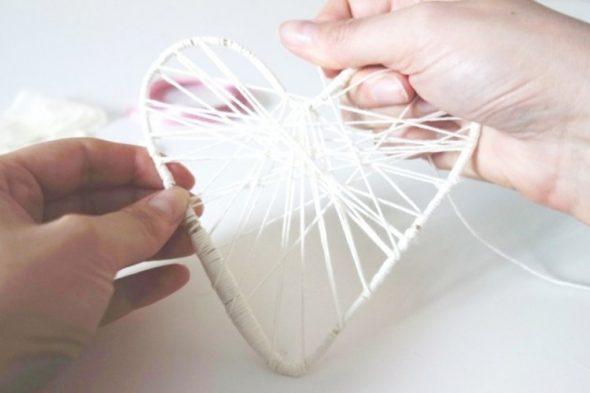 De contouren van het hart omwikkelen met garen