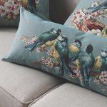 Kussen met bloemen en vogels voor het interieur van de woonkamer in de stijl van de Provence