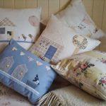 Handgemaakte kussens passen met succes in het interieur van de Provence