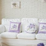 Lavendelkussens voor witte bank