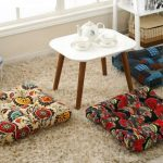 Multi-gekleurde vloer kussens voor zitplaatsen