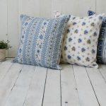 Veelkleurige kussens met blauwe elementen voor de Provence-stijl
